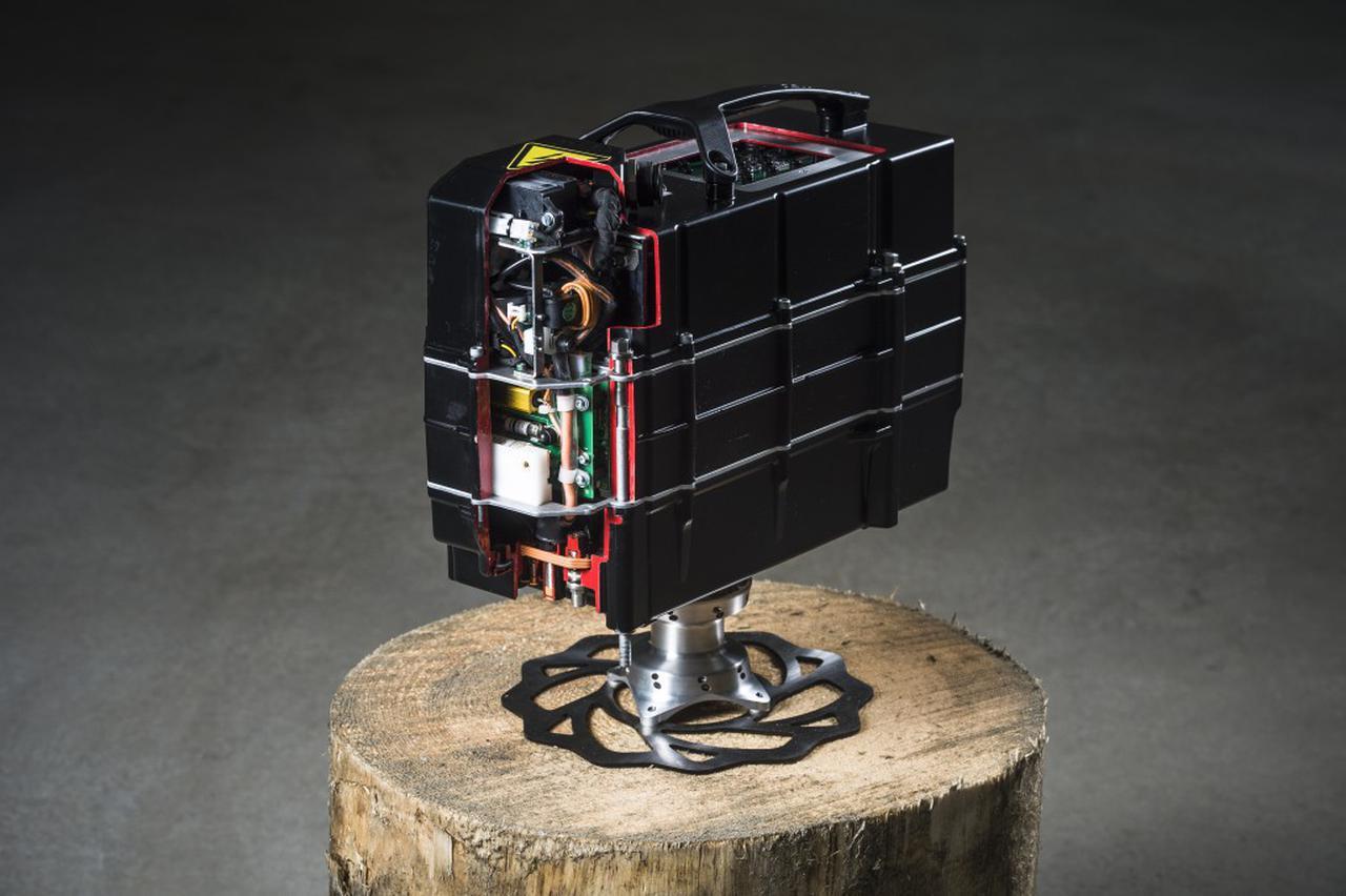 画像: 動力用バッテリーは脱着式リチウムイオンタイプ。定格電圧は300Vで、充電時間は1.5時間です。 blog.ktm.com
