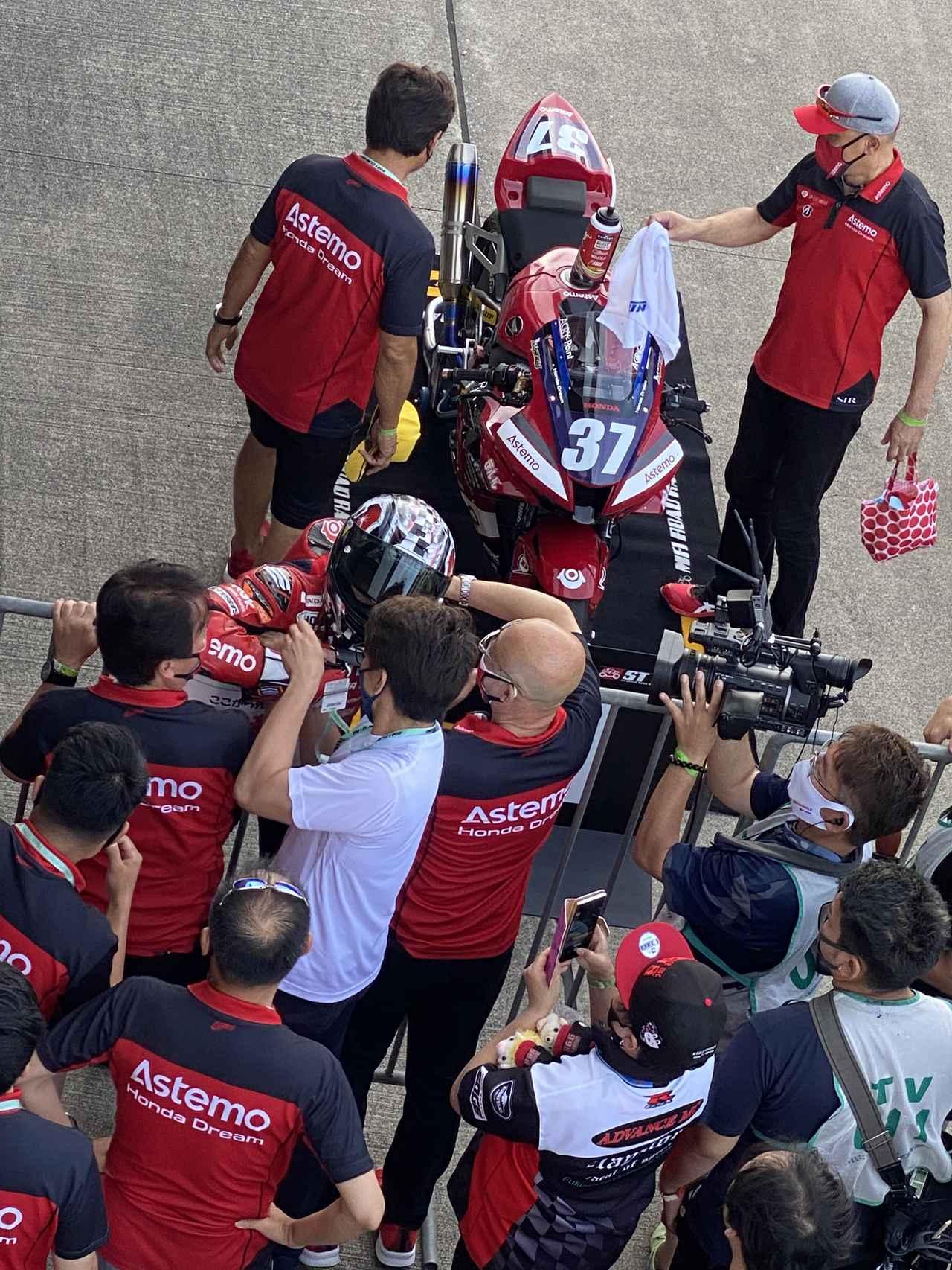 画像: レース後にチームの方とハグをして喜びを分かち合う渡辺選手。