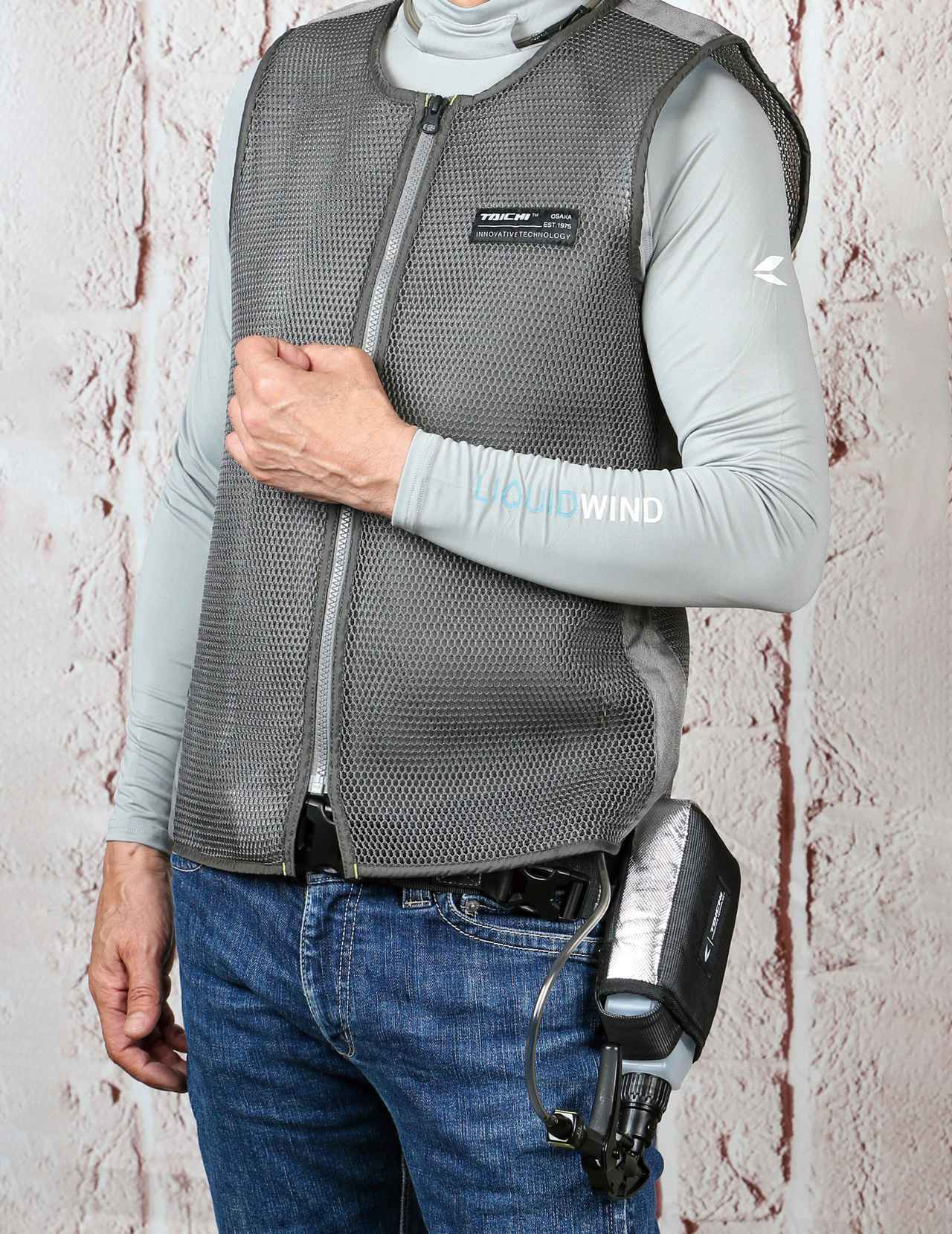 画像: 別売のエアフローベスト(税込5,830円)を重ねればジャケットへの色移りを抑止できる。立体メッシュ生地によって換気性能が上がるので、このベスト単体でも暑さ対策に効果あり。