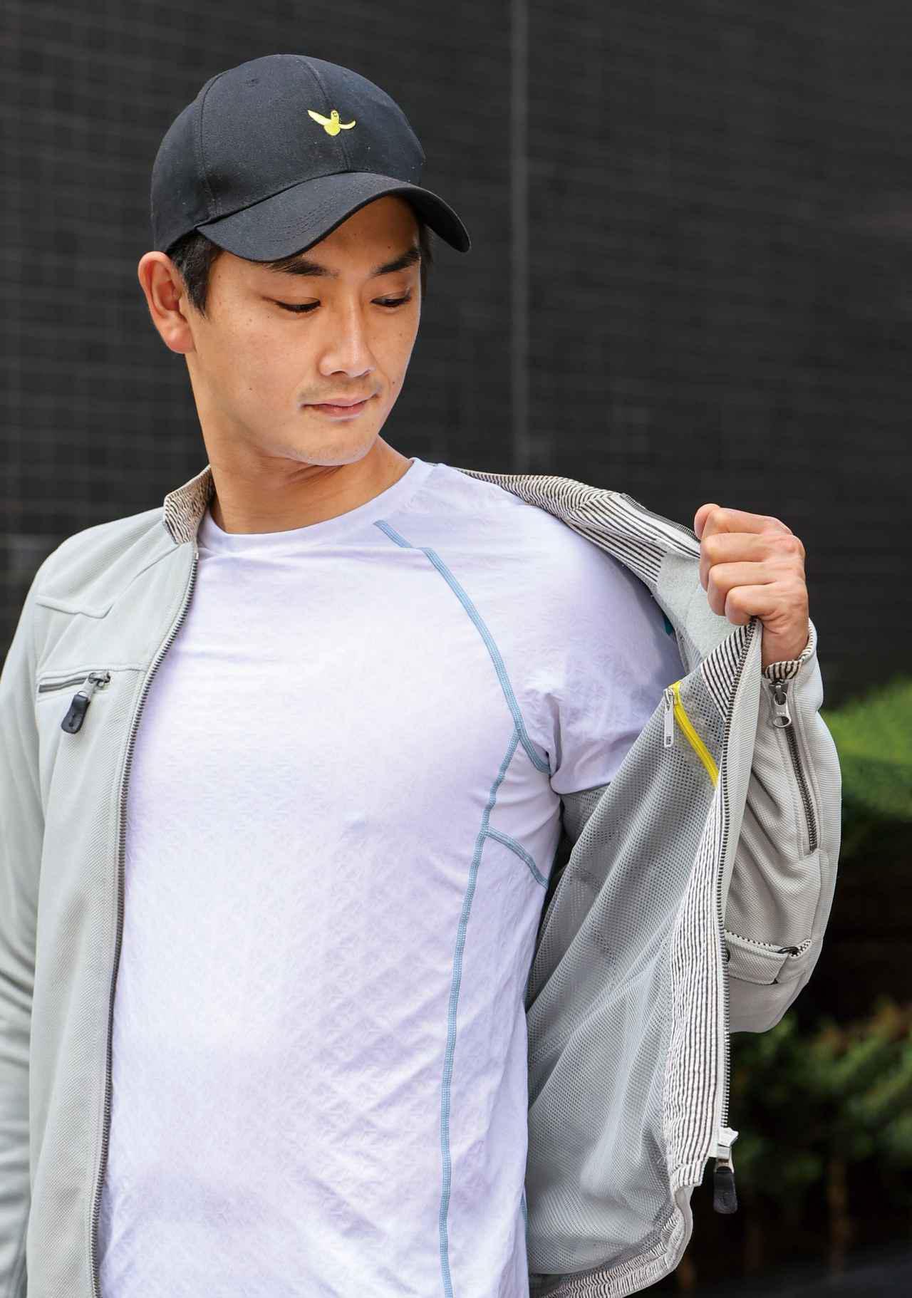 画像: 汗をかいても肌に張り付かず快適な着心地。ジャケットの内側でスルスル動くから体の動きを妨げず、脱ぎ着の際もストレスフリーだ。