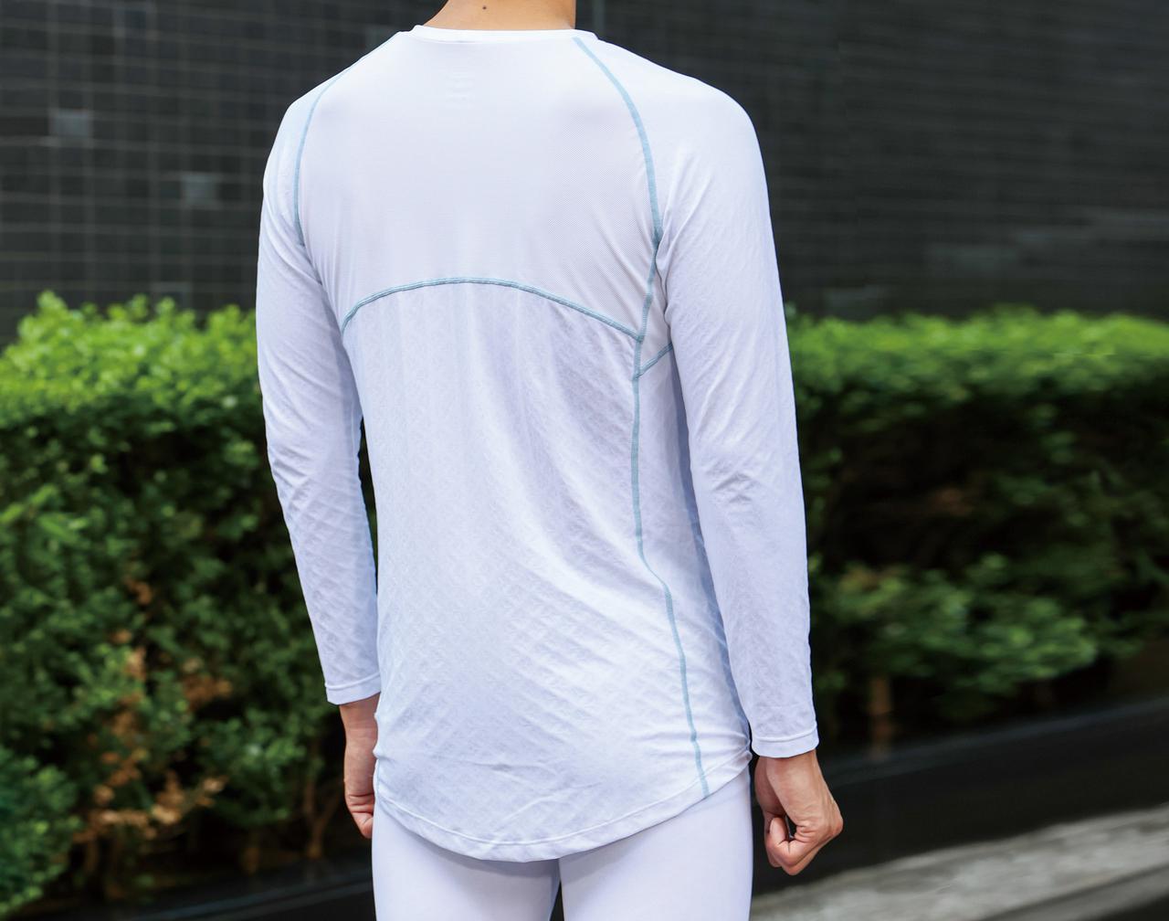 画像: 後ろ側の着丈が長く、スポーツモデルの前傾姿勢にも対応。縫い目から上の肩甲骨を覆う部分には通気性の高いメッシュ生地が使われている。