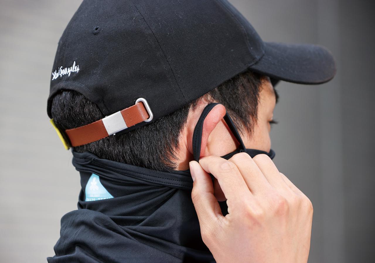 画像: 耳に掛けるループ付きで、ヘルメットを被る際にもズレにくい。マスクよりも息苦しさを感じないこともメリット。