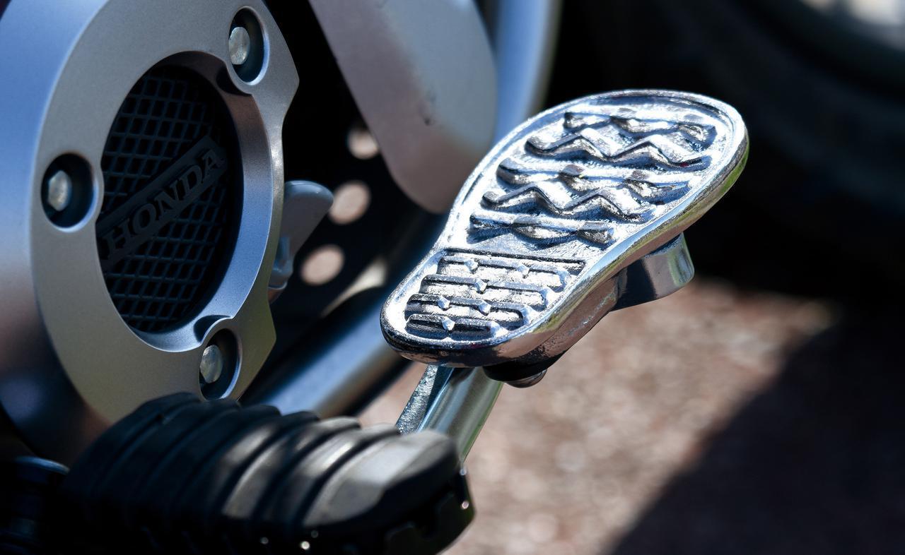画像: しっかり足踏みしたい、でも普通じゃつまらない、と生まれた靴底型ペダルカバー。CT125用はアルミ製で価格は2970円(税込)