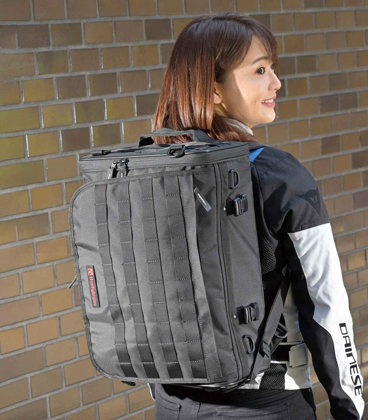 画像: 背負えば大きめの箱形バックパックに。体に掛かる負担を減らすため、バッグ背面には腰パッド、前側にはチェストベルトが装備されている。