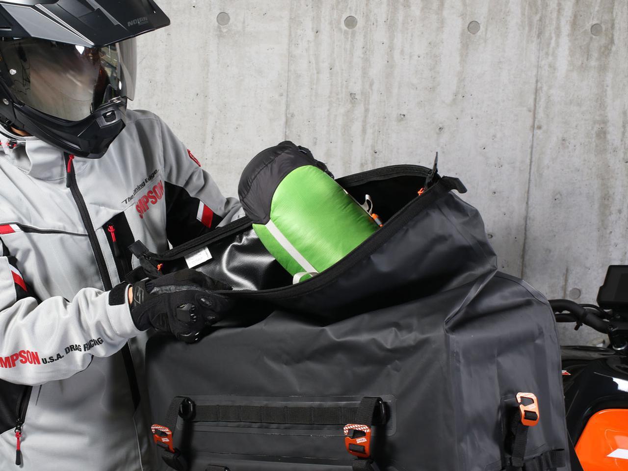 画像: 開口部が広く設計されており、荷物の出し入れがしやすい。長尺のものを入れるときや、中身を整理するときに便利。