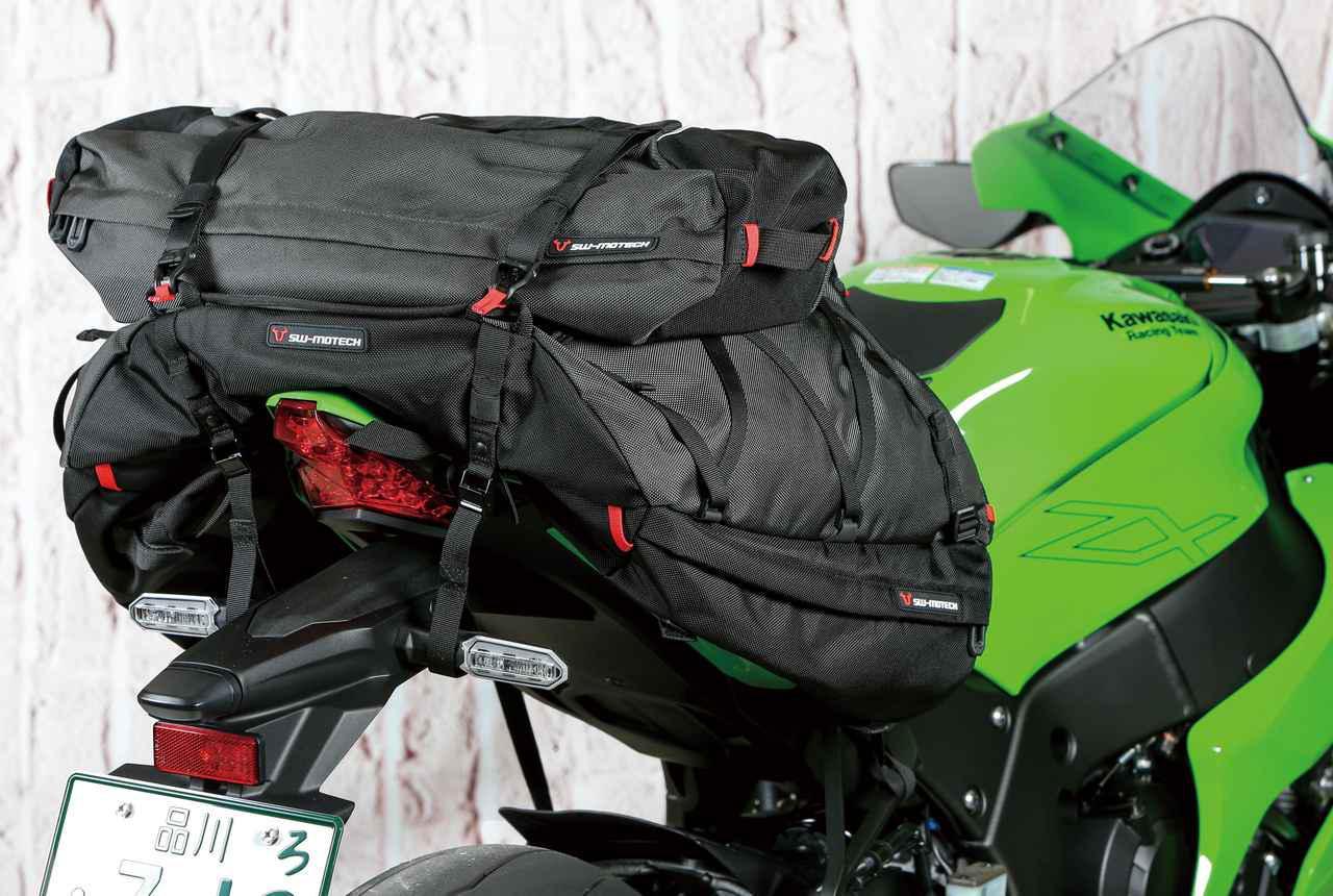 画像: 同ブランドのPROテントバッグ(税込8,250円)を載せた状態。こちらは58×17×17cmというサイズで、テントやマットの収納に便利だ。