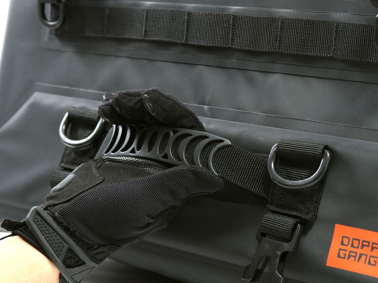 画像: バッグの積み下ろしに便利なハンドグリップを前後に装備されており、携行する際にも使用可能。