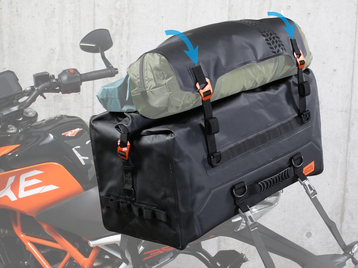 画像: フラップ自体をコンプレッションパーツとする独自設計で、ジャケットやバッグに入りきらなかった荷物を追加で固定することができます。