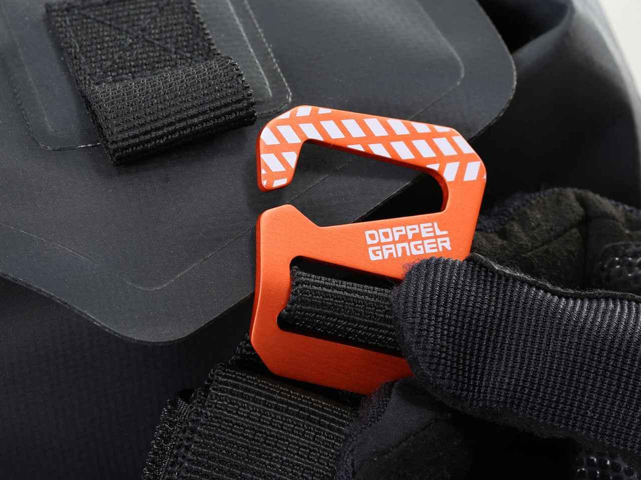 画像: フラップのループに爪を引っ掛けるだけでバッグの開閉操作が行えるドッペルギャンガーGフック。開閉のストレスを減らしてくれる機能的なアイテム。
