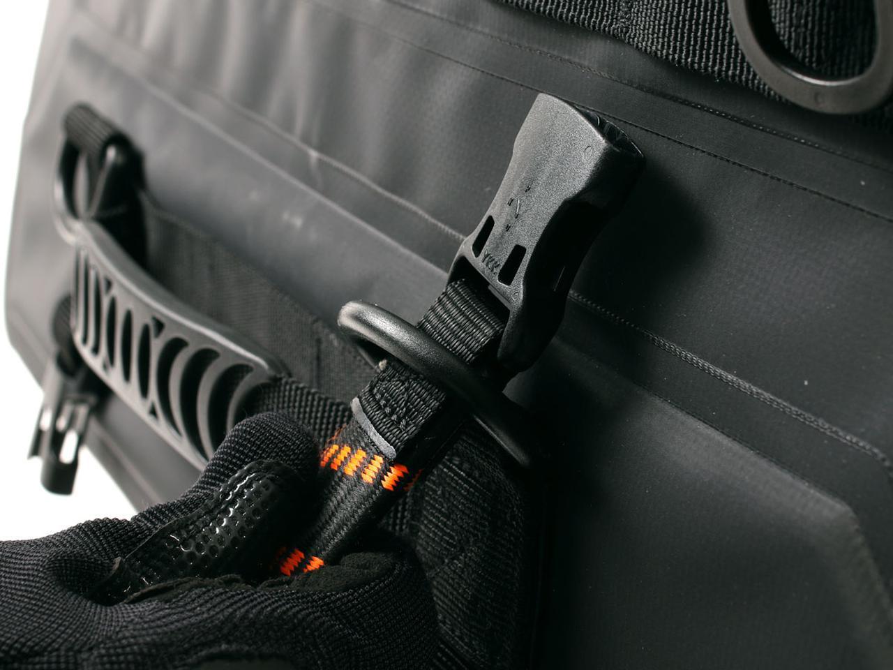 画像: 内径38mmの大型Dリングが採用されており、市販のツーリングコードのバックルも通すことができるので固定ベースとしても便利。