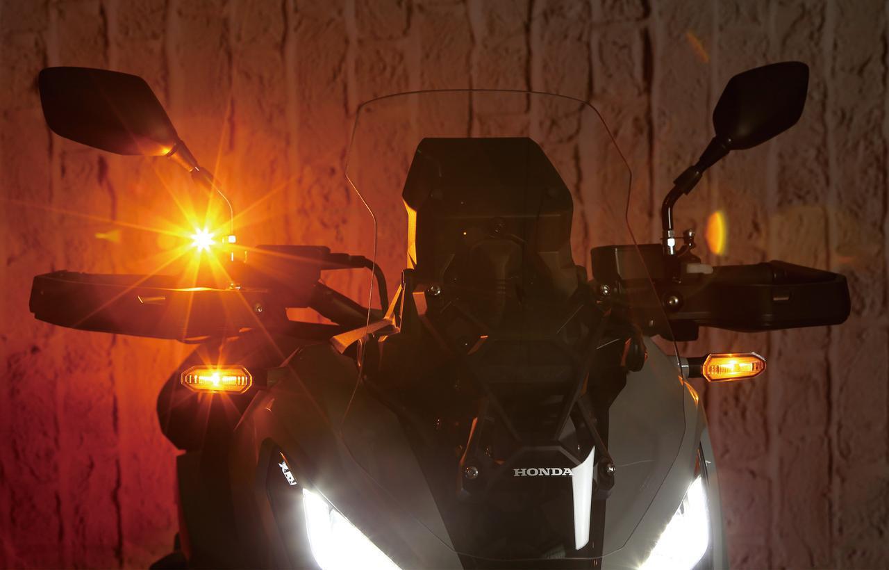 画像: 純正のLEDウインカーと同時点灯させた状態。Eマーク取得済みの車検対応品だが、取り付ける位置(高さや左右の間隔など)によっては車検不合格になるので注意すること。