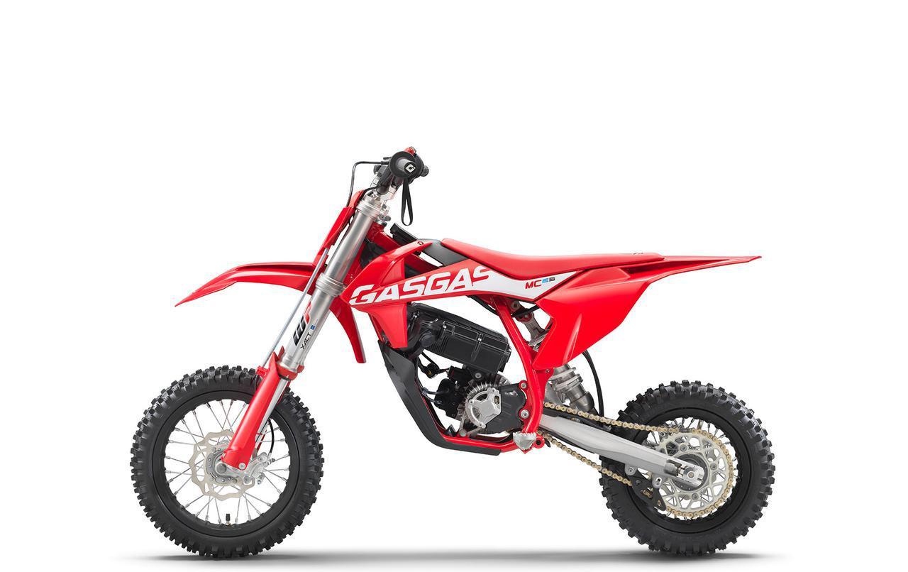 画像: ガスガスのMC-E 5は、KTM SX-E 5の「レッド」版といえます。 www.gasgas.com