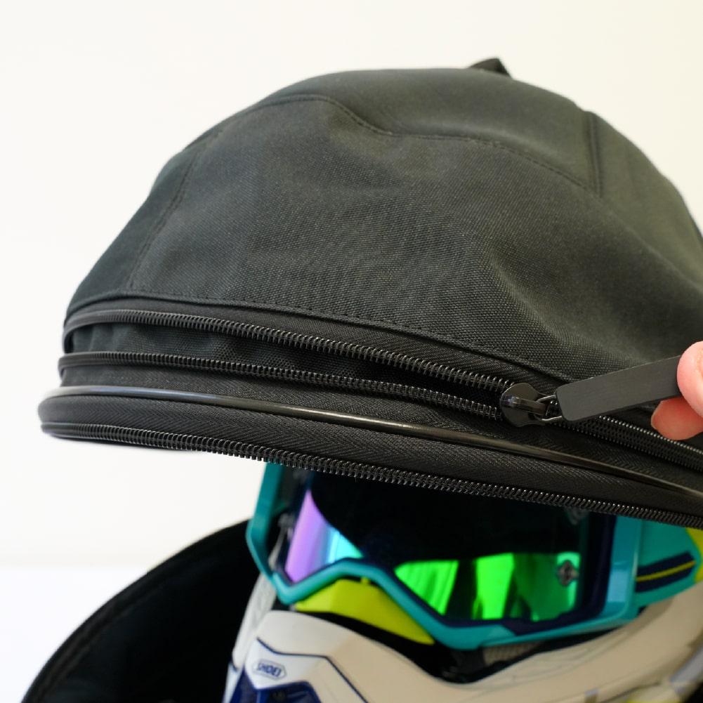 画像: チャックでマチを開くことで収納域を拡張することができ、幅広いサイズのヘルメットに対応します。