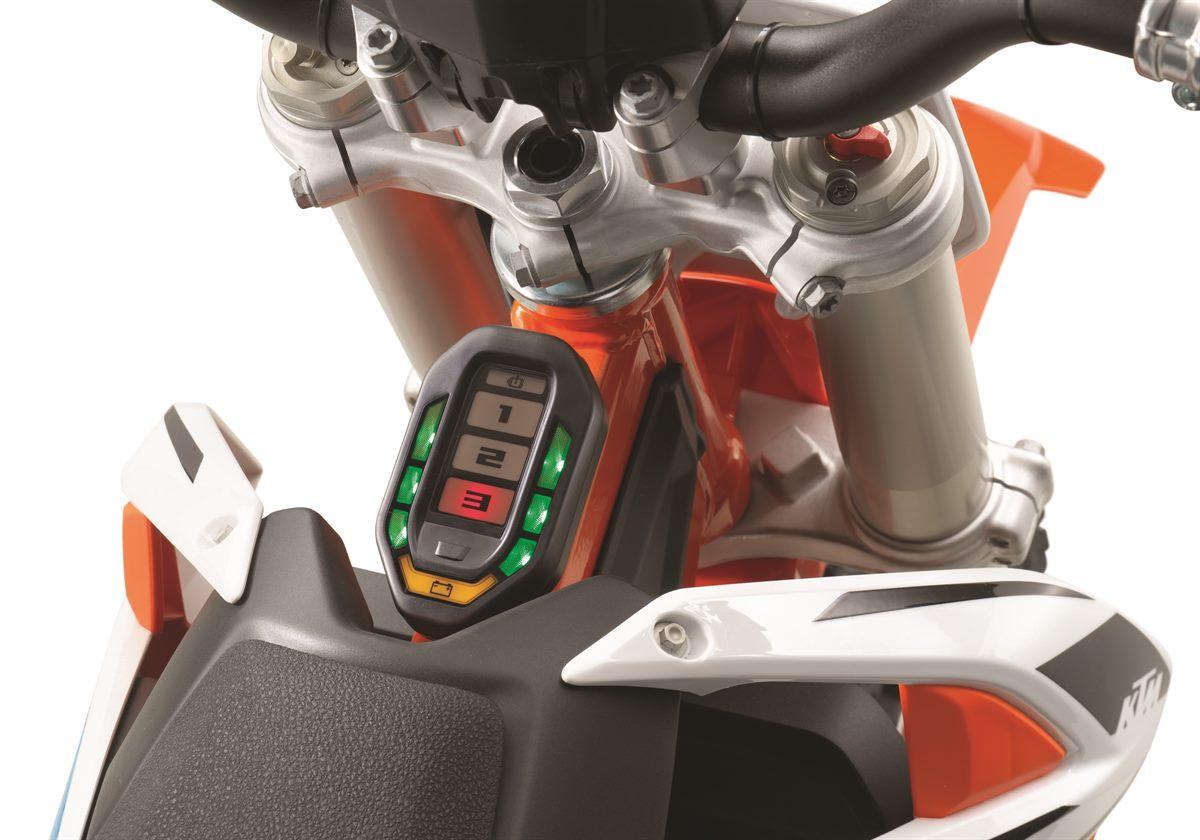画像: FREERIDE E-XC同様、ステアリング後ろのインジケーター。SX-E 5は6つのパワーモードを搭載しており、初心者の子供でも、最速のジュニアでも、対応できるようになっています。 www.ktm.com