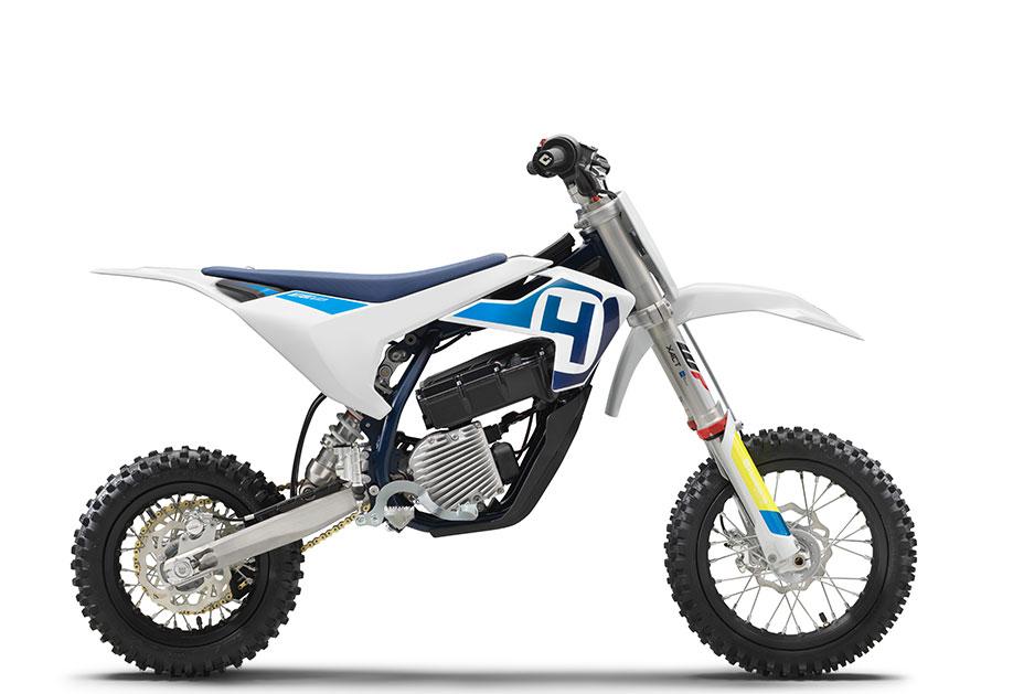 画像: ハスクバーナモーターサイクルズ EE 5は、おなじみの白い車体。シュラウドの形状が、KTM SX-E 5とちょっと違いますね。 www.husqvarna-motorcycles.com