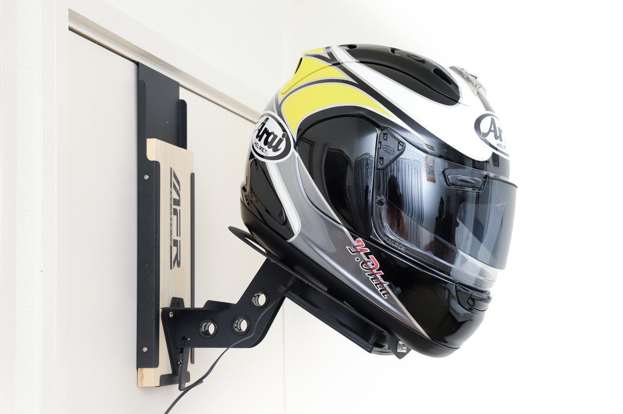 画像: 電動ファンで内装を乾かせる機能派ラック|MFR「ヘルメットラック」 - webオートバイ
