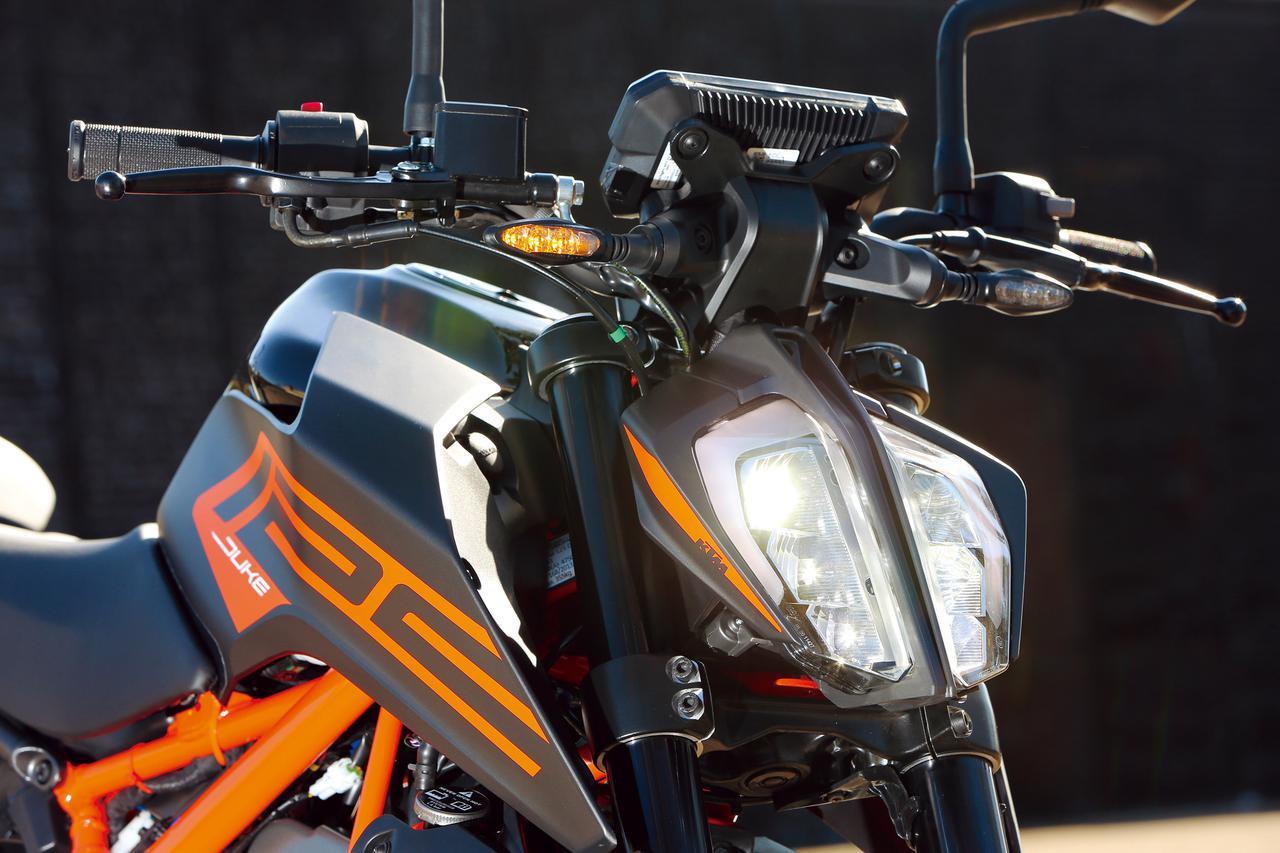 画像: インパクトのある特徴的な縦2分割デザインのLEDヘッドライトはKTM共通のイメージを踏襲。