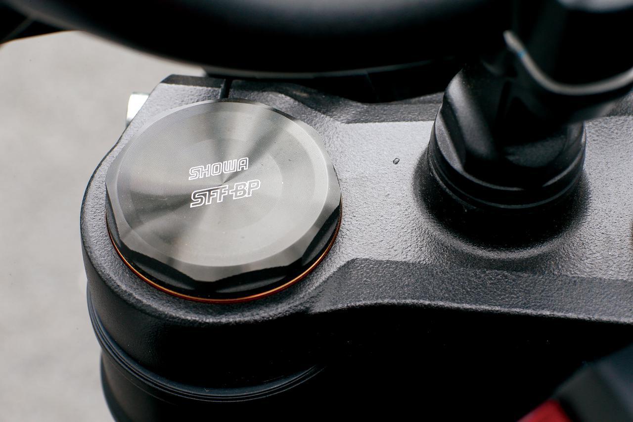 画像: フロントフォークのトップキャップには従来型には無かったSFF-BPの文字を刻印。