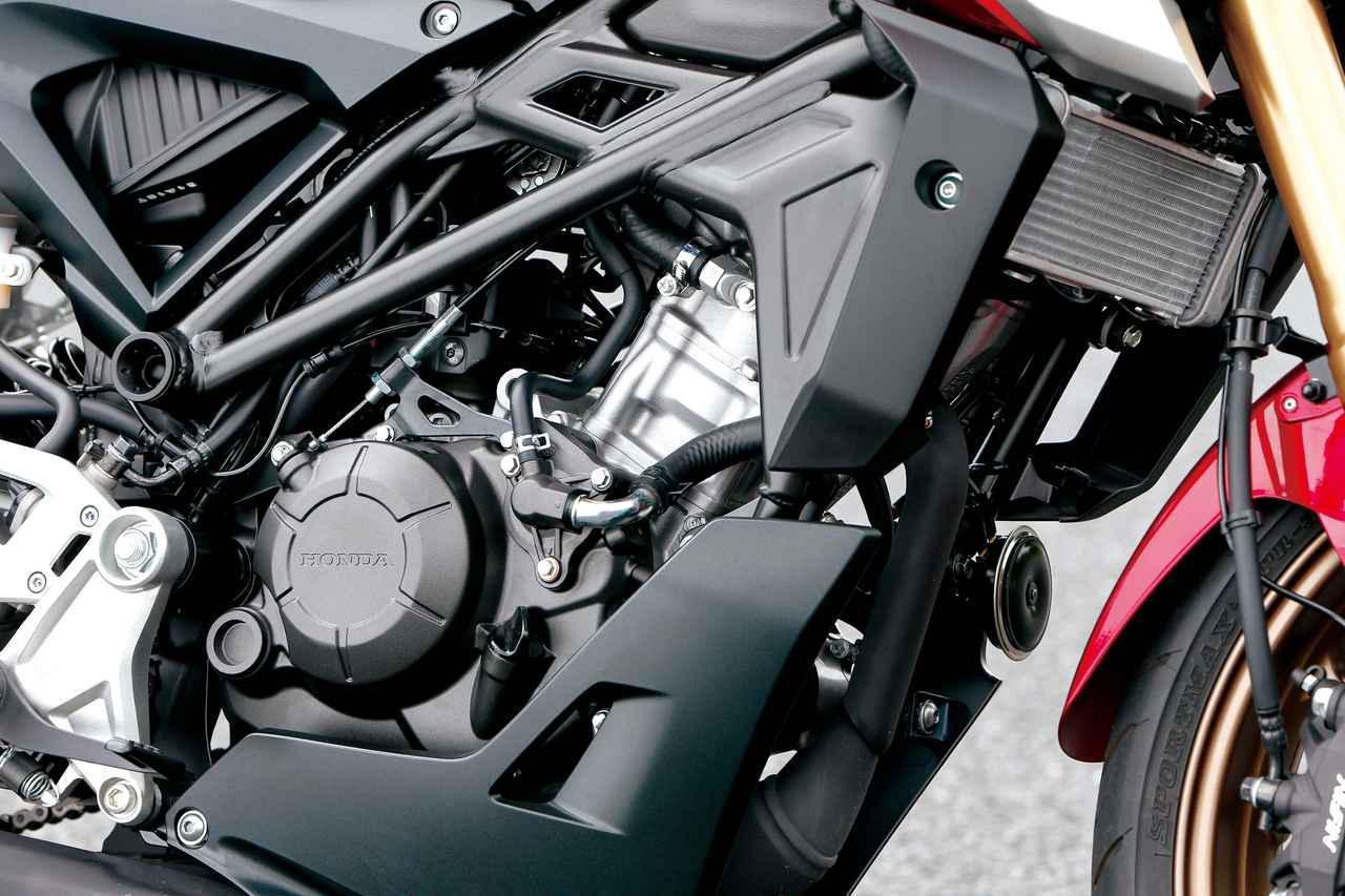 画像: 水冷単気筒エンジンは新型でDOHC4バルブ化。ボア×ストローク比も変更となった。