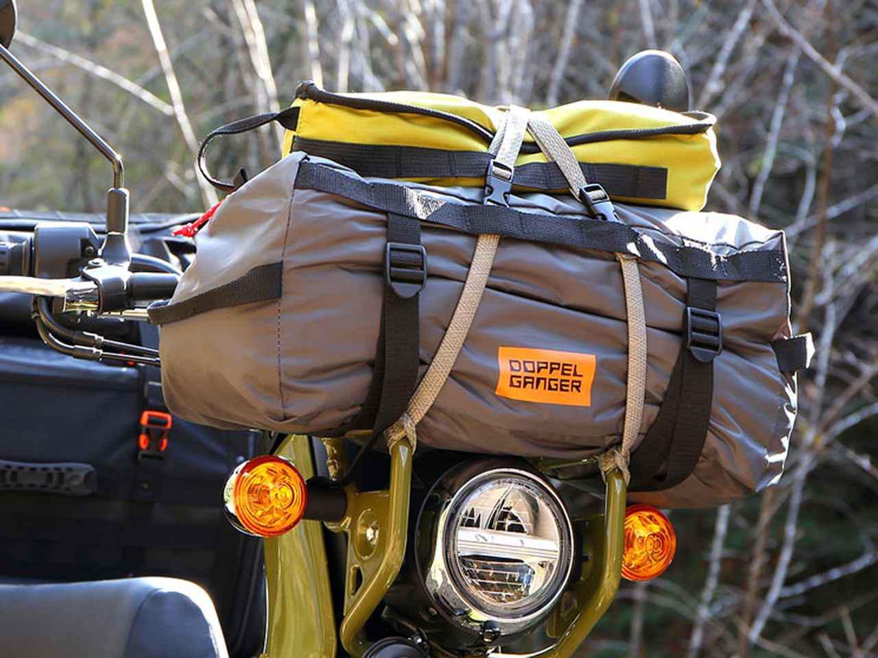 画像: 専用のキャリーバッグには随所に荷かけストラップが経由できるデイジーチェーンが設けられており、積載する際に固定しやすい設計がなされている。また、収納時サイズ幅が450mmとコンパクトに設計され、キャリアからのはみだしが最小限に抑えられるのもバイク乗りにとっては嬉しいポイントだ。