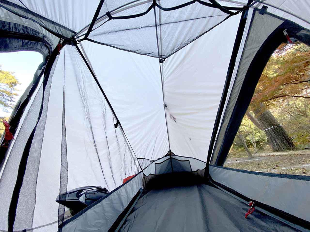画像: 高く設定された天井高により、ソロテントにありがちな圧迫感を感じることはない。天井にはメッシュ棚が用意され、ランタンや小物を収納できる。また、前後対称にレイアウトされたインナーテントは、二箇所から居室へのアクセスが可能。