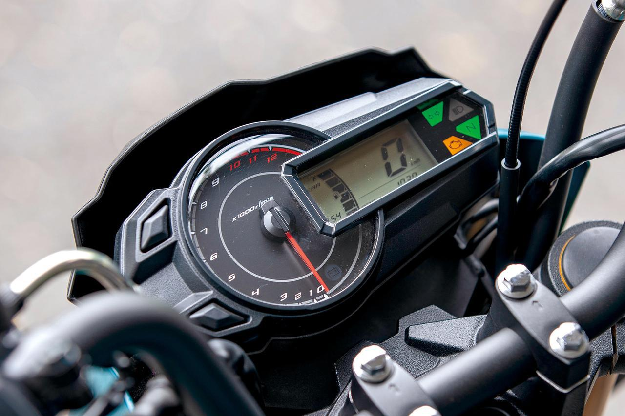 画像: アナログタコメーター+デジタルのコンビメーターはギアポジションインジケータや燃料計、時計などを表示。