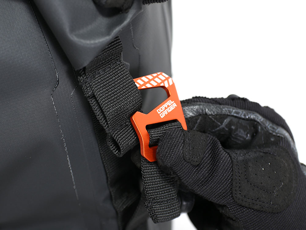 画像: ドッペルギャンガーのシートバッグに多く採用されるドッペルギャンガーGフック。25mmベルトに対応したオリジナル設計で、深い爪がしっかりとベルトを固定します。