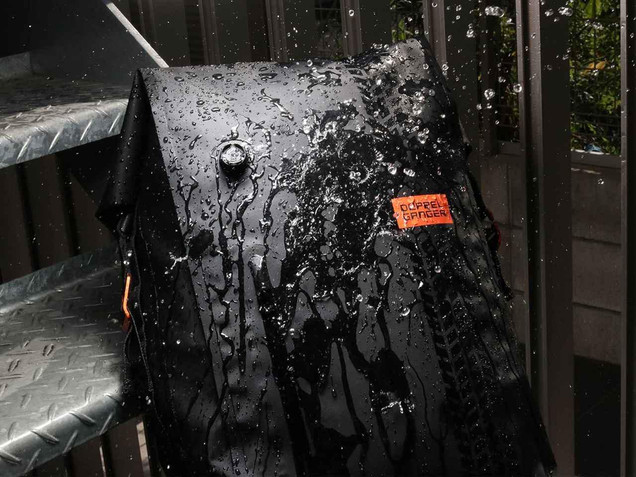 画像: ターポリンバッグシリーズ共通の高い防水性能はしっかり継承。熱圧着によって成形されたシームレス構造で、突然の雨や泥水から大事な荷物を守ります。