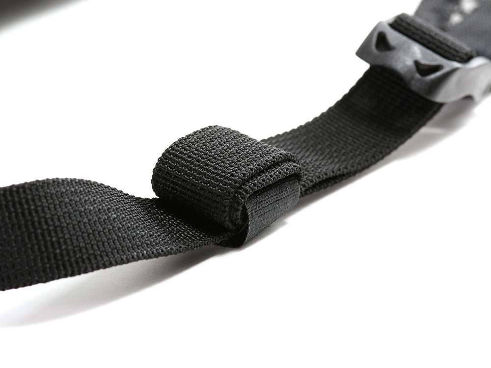 画像: ベルトリールバンドで余ったベルトを巻き上げ、走行風によるバタつきを抑えます。