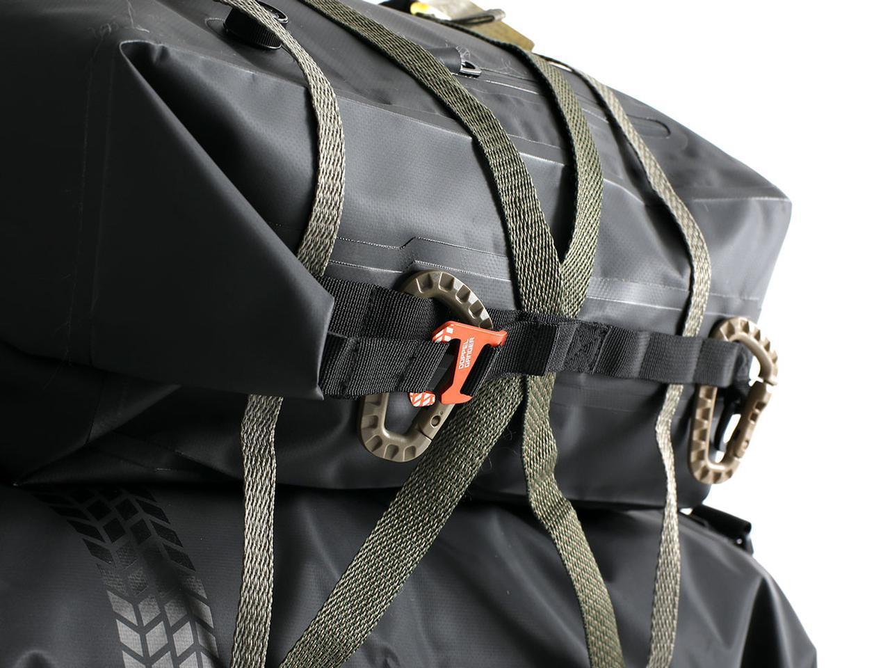 画像: 7つのループを持ったデイジーチェーンをバッグの両側面に配置。シートバッグとして積載する際に固定しやすくし、他の荷物との連結もサポート。自由度の高いパッキングができます。 ※ツーリングコードは付属しません。