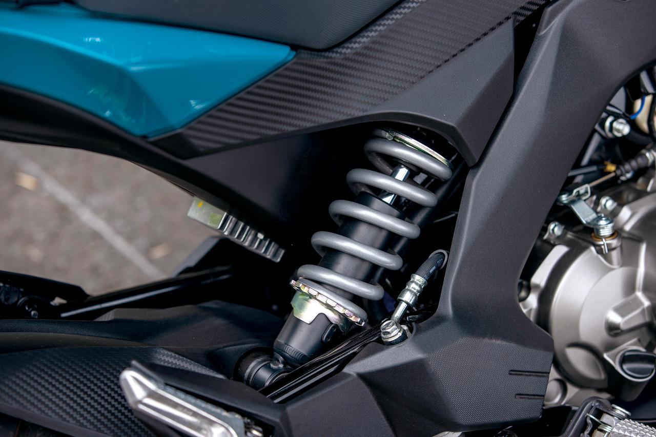画像: スプリングイニシャル調整機構を備えるモノショックを車体の右サイドにオフセットマウントする。