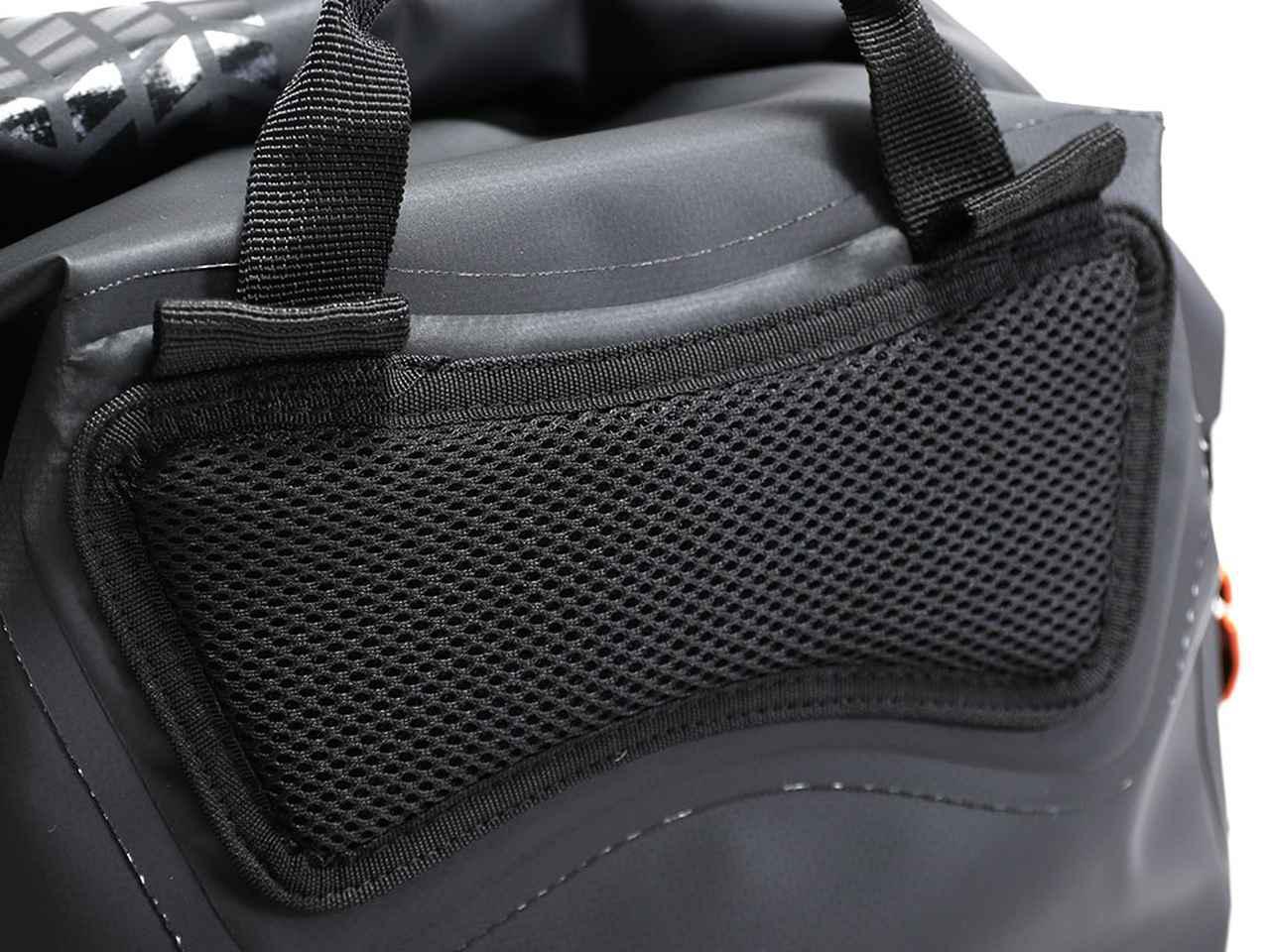 画像: 体と接触する背面には通気性の高いメッシュ素材を採用。汗やムレによる不快感を低減させ、体とバッグのフィット感を高めます。