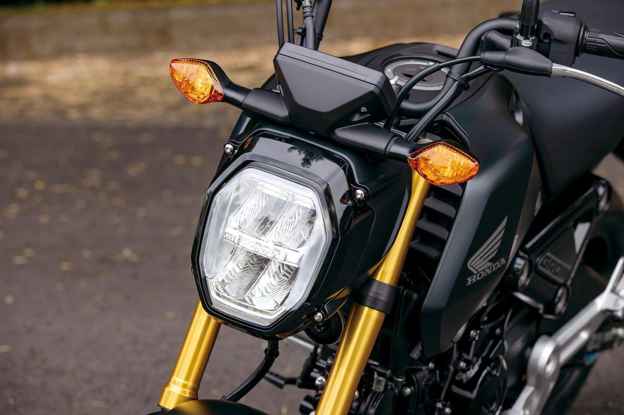 画像: 8角形の独特なデザインのLEDヘッドライトは上下2段式で、上がロービーム、下がハイビーム。