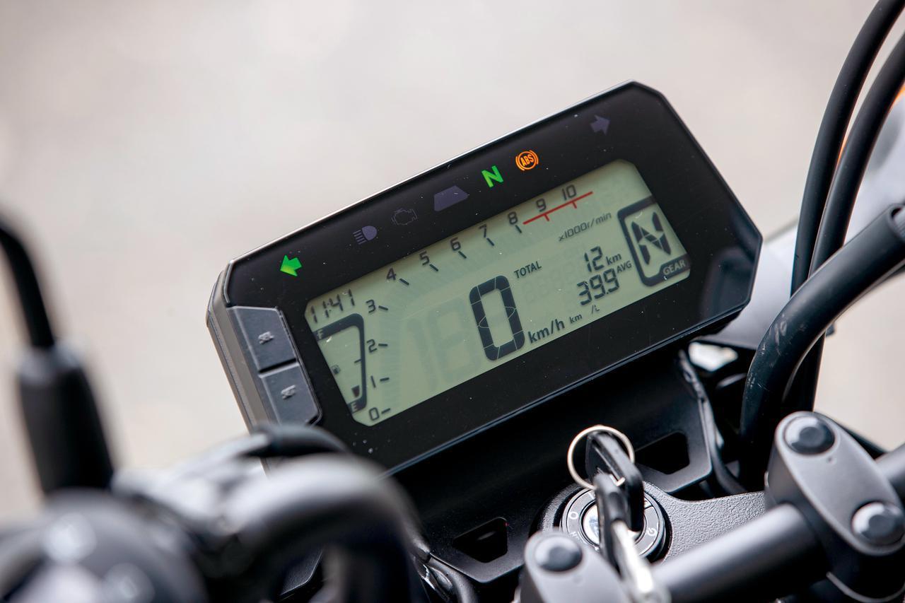 画像: フルデジタルメーターはバーグラフ式のタコメーターやギヤポジション表示、シフトアップインジケーターを装備。