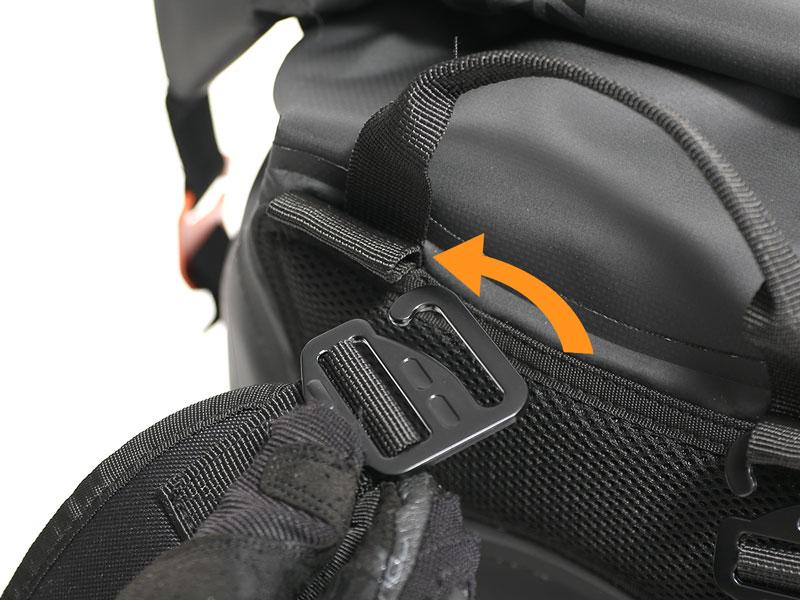 画像: ショルダーベルト接続部の31mm大型Gフック。ループにスライドするだけで接続できるので着脱も簡単。