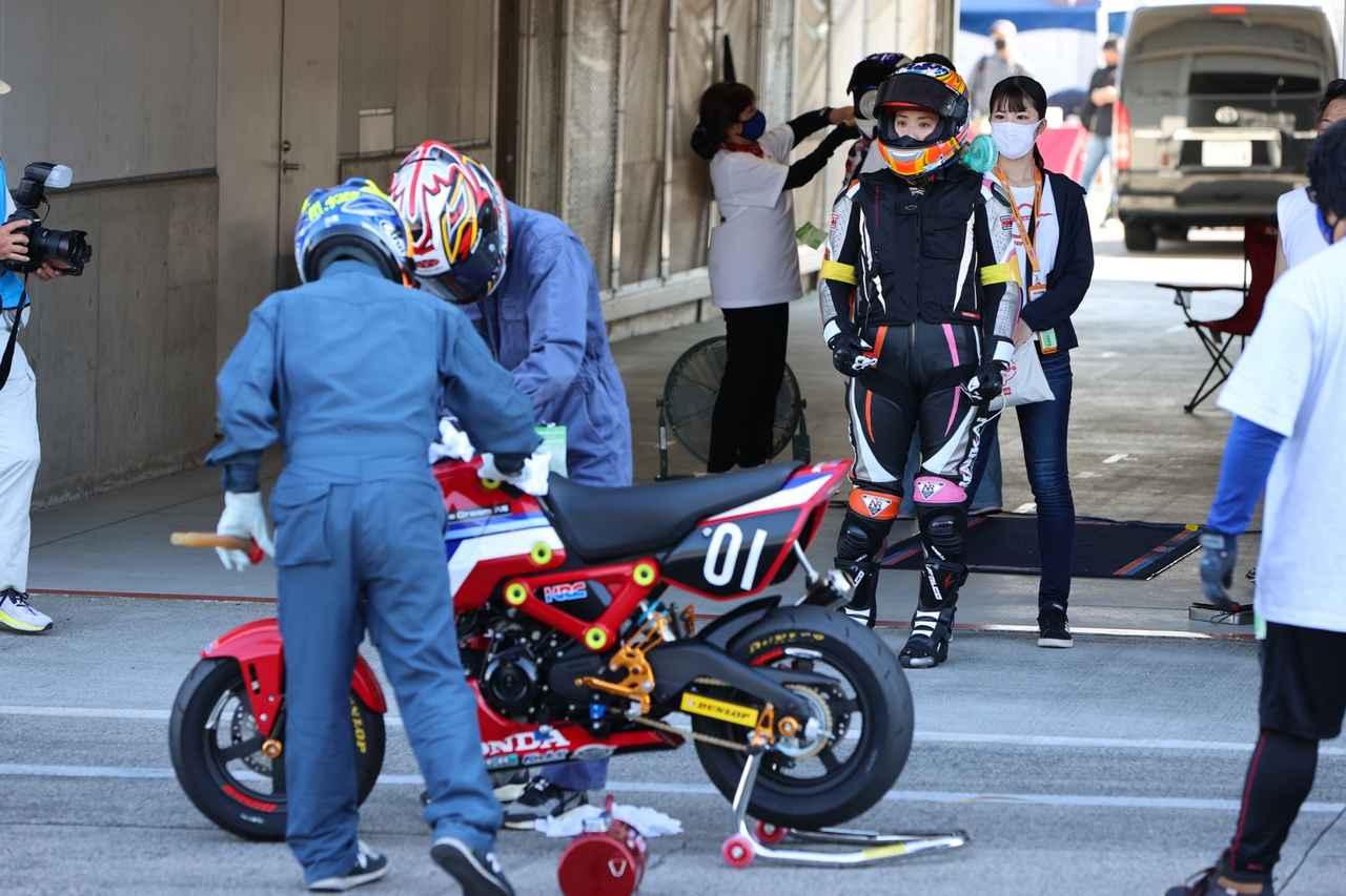 画像: 暑い中、メカニックさんも給油作業をする時は長袖長ズボンにヘルメットです。