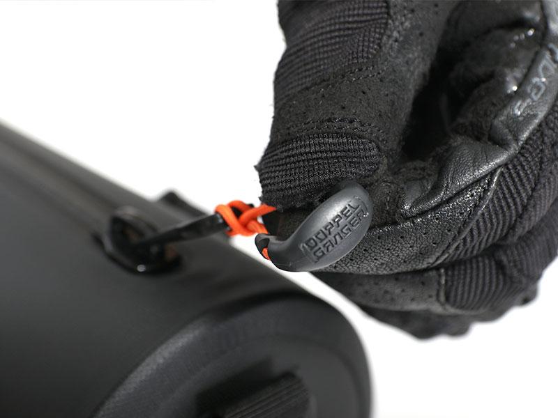 画像: グローブをしたままでもつかみやすい大型ファスナーブラーを装備。
