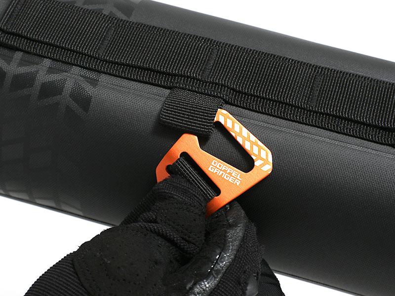 画像: 型崩れ防止ベルトを接続している、25mmベルト対応のドッペルギャンガーGフックも装備。