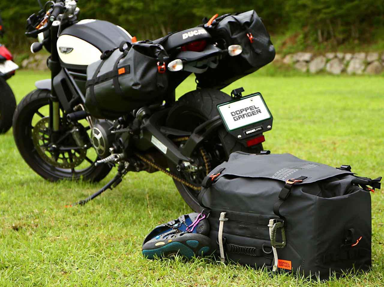 画像: 大容量55Lの防水空間がロングツーリングをサポート! ドッペルギャンガーの新製品「ターポリンシートバッグ ツアー」 - webオートバイ