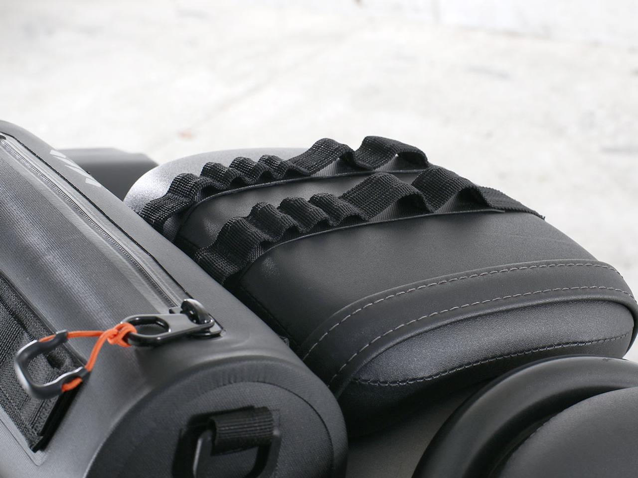 画像: デイジーチェーンアタッチベルトは本体を固するだけでなく、ほかの荷物を積載する際のフックポイントとしても活用が可能。