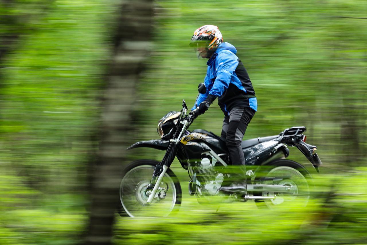 画像: ▲オフロードバイクとはいえダートアタックなんかしなくていいKLXは戦闘力がすこぶる高いトレッキングバイクなのだ。