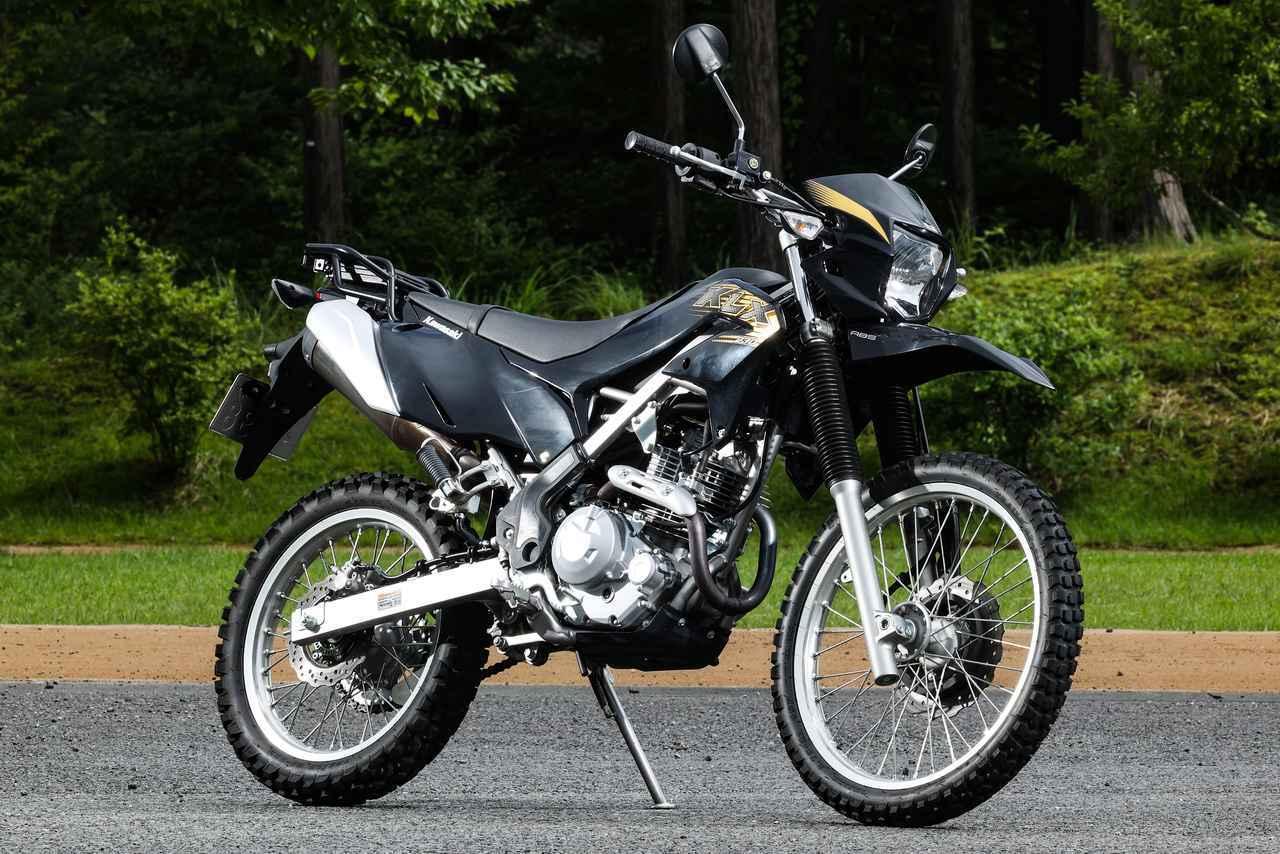 画像: Kawasaki KLX230 水冷DOHC4バルブ単気筒のKLX250が生産中止された後、2019年に登場したのが空冷SOHC2バルブ単気筒の230。タイを中心とする東南アジアでの人気モデルを国内に投入した形で、エンデューロモデルKLX230Rと同時開発されたモデルだ。 総排気量:232cc エンジン形式:空冷4ストSOHC2バルブ単気筒 シート高:885mm 車両重量:134kg 税込価格:49万5000円