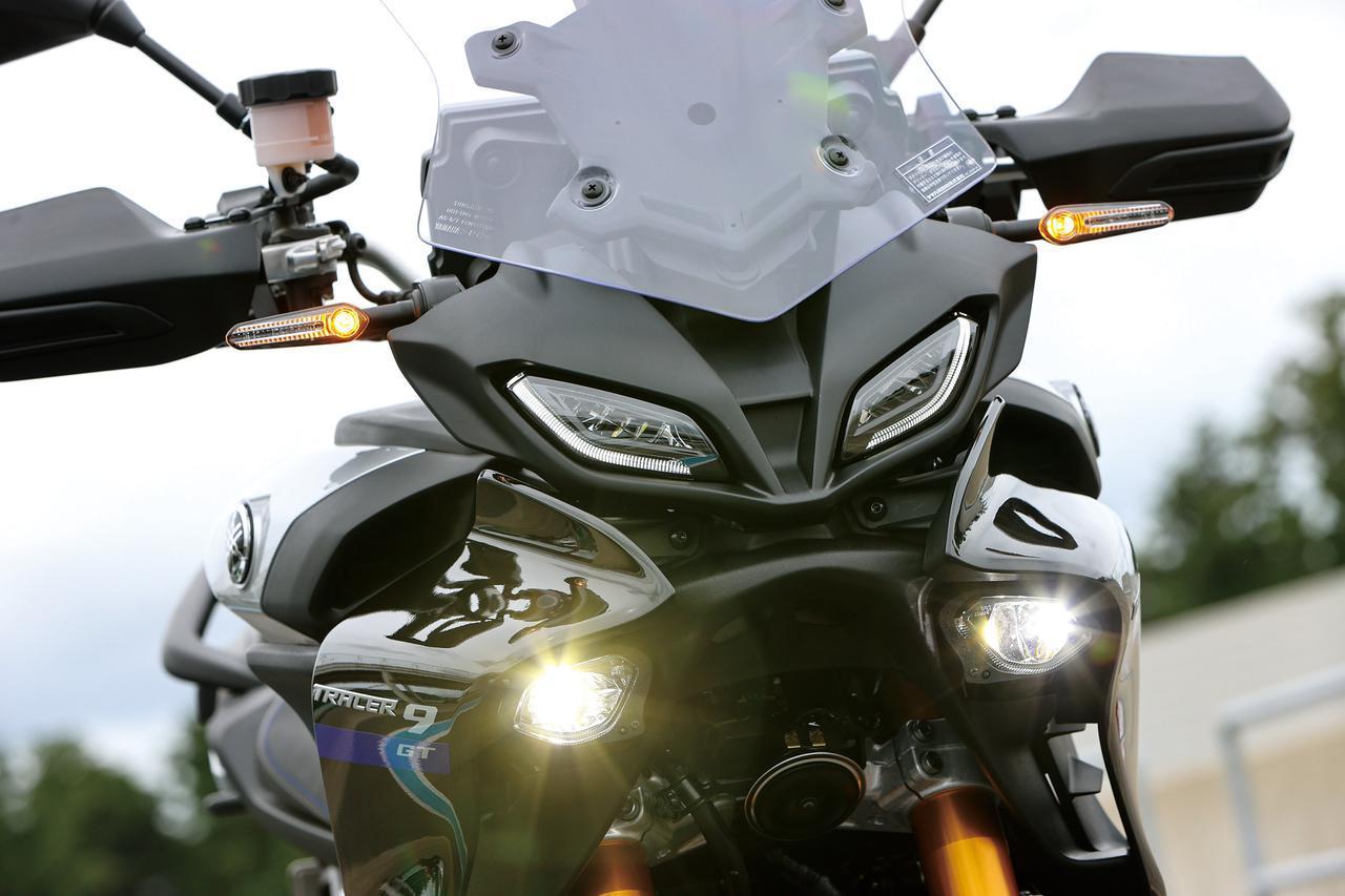 画像: LEDのモノフォーカスヘッドライトは、まるでYZF-R1のような戦闘的なマスクを作り出す。その上にあるのはコーナリングランプ。