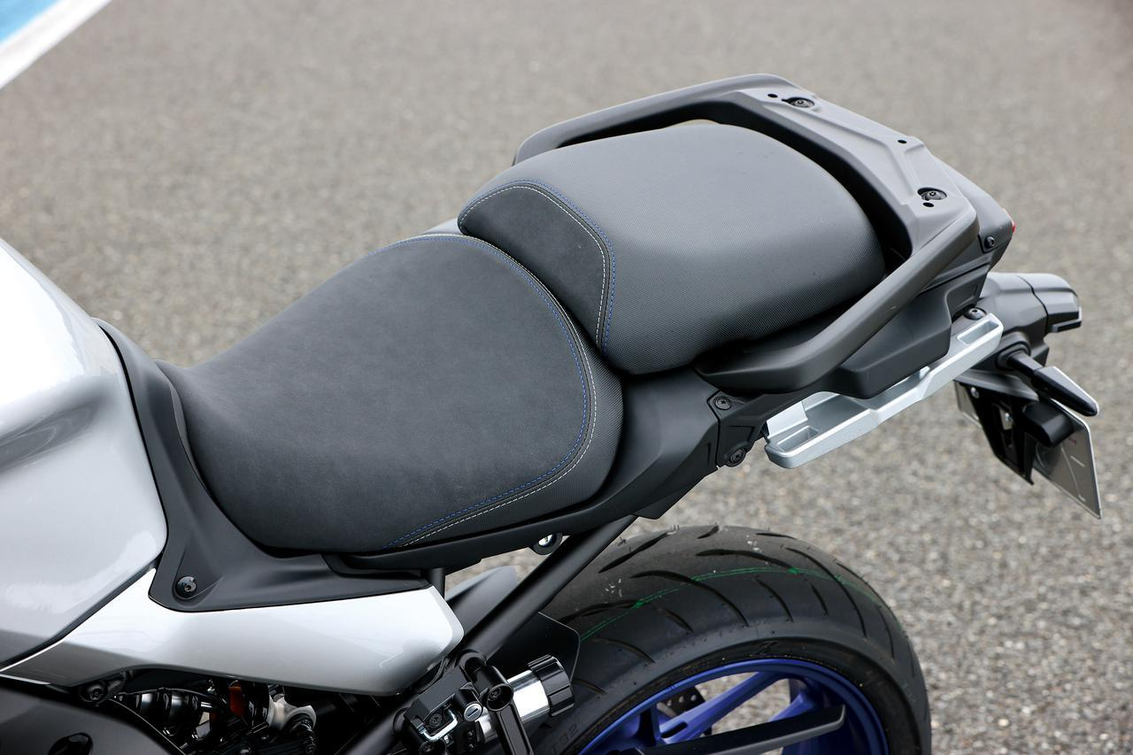 画像: バックスキン風の滑りにくい表皮を使ったシートは、ダブルステッチを施した高級感ある仕上がり。GTの名にふさわしい装備だ。