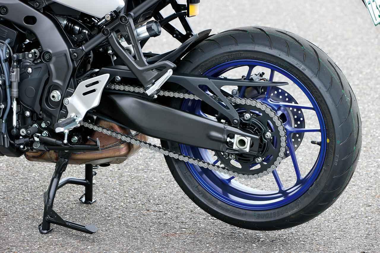 画像: ベースのMT-09よりスイングアームを長く設定して路面追従性を向上。シートレールはパニアケースの装着を考慮した新設計。
