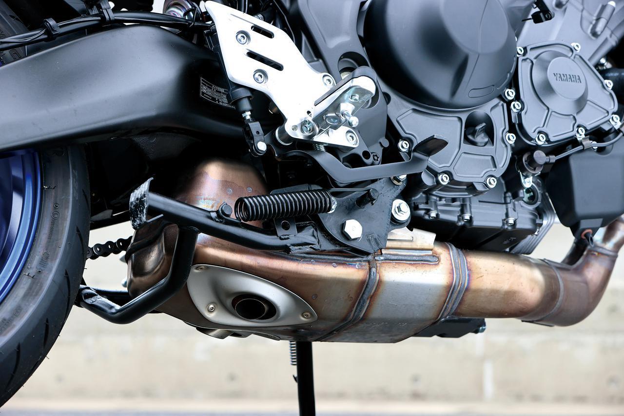 画像: エンジンの下部に大きなサイレンサーを設置した、ユニークなエキゾースト。出口は左右2カ所に設けられている。