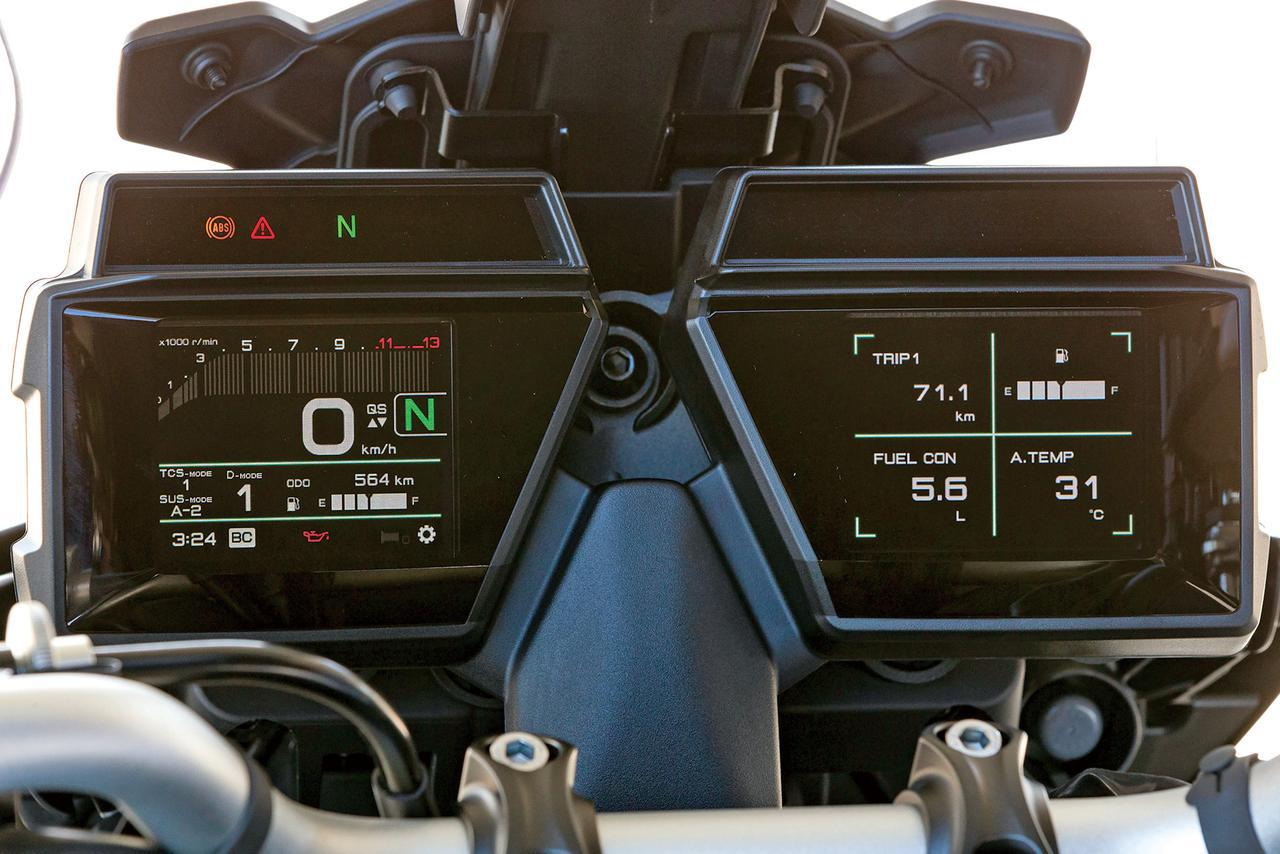 画像: MT-09にも使用する3.5インチカラーTFTモニターを左右に装備する、ユニークなデザイン。左側は車速、右は車両情報を表示する。