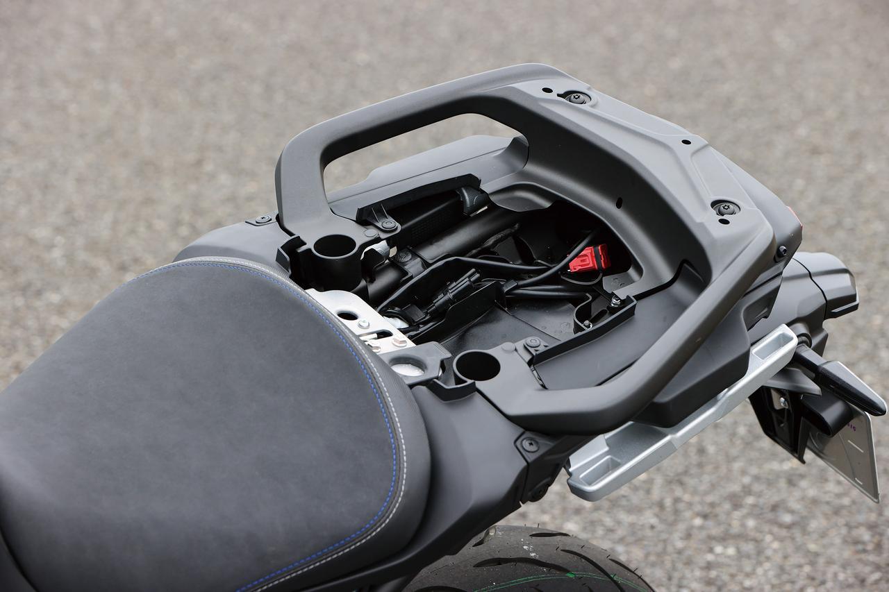 画像: タンデムシートを外すと、容量は少ないが収納スペースも用意されている。工具やETC車載器程度は収納可能だ。