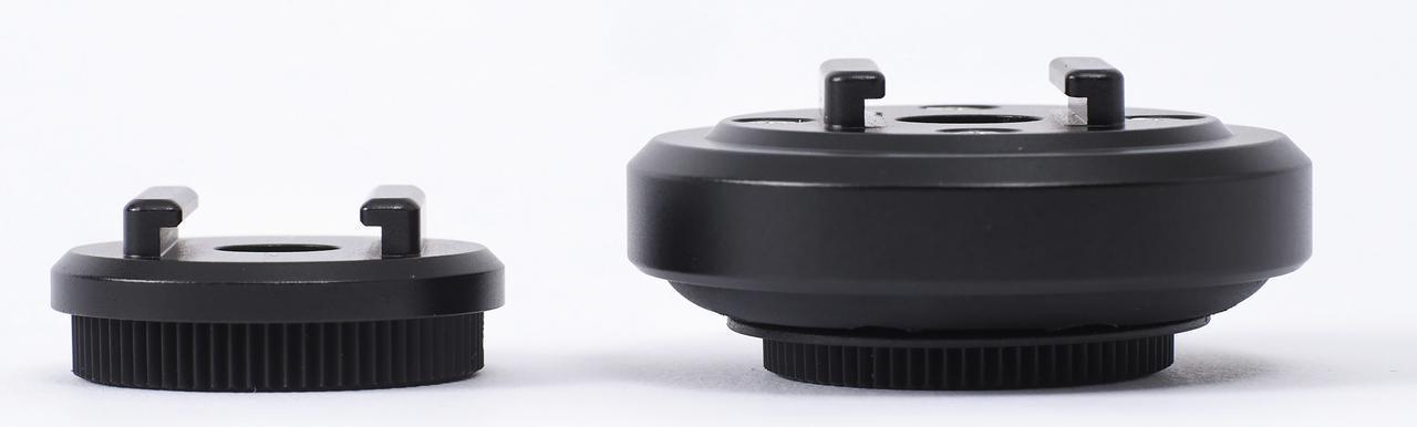 画像: スタンダードの外径φ34mmに対し、右側のアンチバイブレーションモジュールはφ50mm。防振ラバーが入っているため厚みも増している。