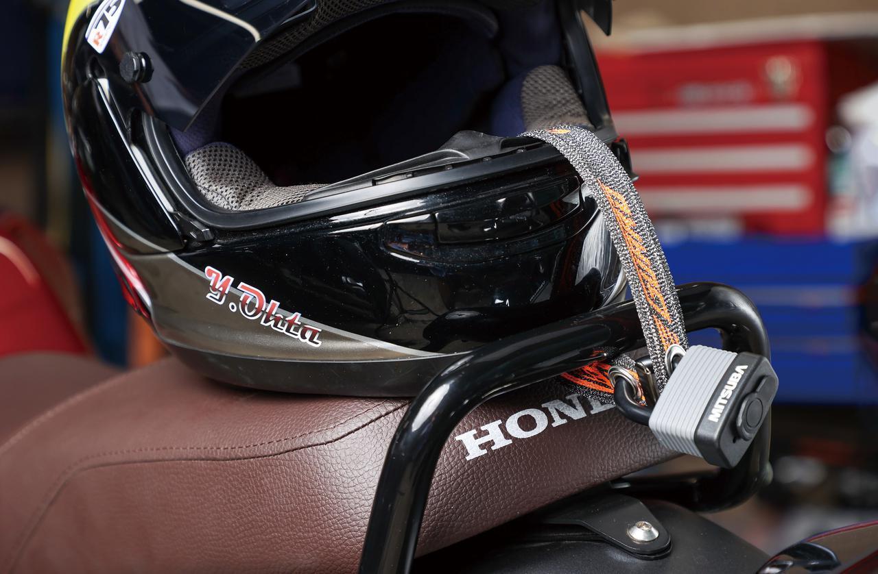 画像: 最も短い350mmタイプはヘルメットロックとしても使いやすい。僕がツーリングに行くなら350mmと900mmの2本を持っていく。